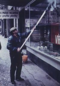 Umyvačem oken. V ulici Spálená v Praze u knihkupectví Sovětská kniha, 80. léta.