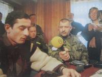 Jaroslav Kulíšek zpovídá pro média Goču Esebua