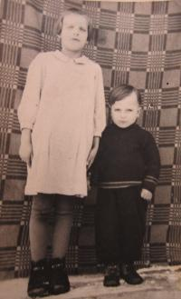 Miroslava Kaštovská (Tkáčová) s bratrem Jaroslavem v roce 1941