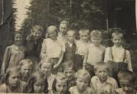 Ze školou v roce 1940 na výletě (pamětnice spodní řada uprostřed)