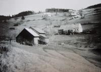 Osada Urlich před druhou světovou válkou, část která patřila pod katastr Kunčic (Kunzendorf) - úplně nahoře vpravo stodola rodiny Stanzel, vlevo nahoře dům rodiny Huberta Zah, druhý dům odspodu rodina Aloise Zapletala, dole Schnaubeltovi