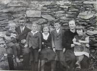 Rodina Stanzelových (zleva bratr Hubert, otec Josef, František, sestra Marie, bratr Josef, maminka Anna, sestra Anna) focena na Urlichu v roce 1939