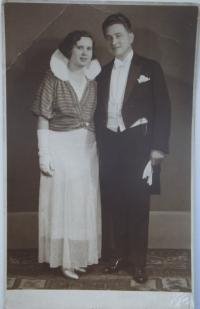 Rodiče pamětnice před svatbou