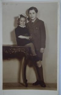 Pamětnice s bratrem, fotografováno po válce