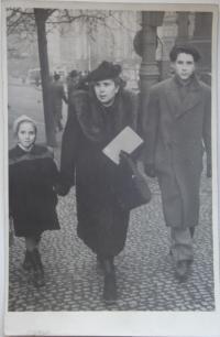 Jarmila Dvořáková s maminkou a bratrem