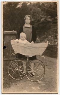 1925 Malý Přemysl Filip s maminkou