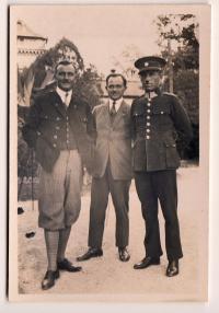 1926 otec Přemysla Filipa, štábní rotmistr Přemysl Filip st. - na snímku uprostřed