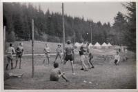 """1946 Skautský tábor """"na Rychtářce"""" - skauti hrají volejbal"""
