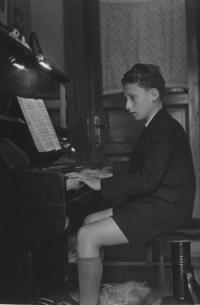 Bohuš Šimsa (Karel Janovický) playing the piano