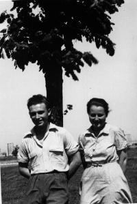 Svatební fotografie manželů Šimsových v kempu Valka, květen 1950, Norimberk