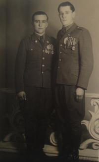 Vlevo Josef Babák, vpravo bratranec Vladimír Hryzbil