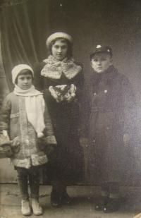 Josef Babák vpravo, uprostřed Marie Lomská