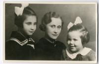 s matkou a mladší sestrou, Prostějov 30. léta