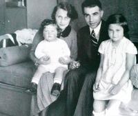 Sestra Karmela, rodiče Kateřina a Bedřich, Maud Stecklmacherová. Prostějov, cca 1935-1936