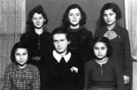 Družina Atid (Budoucnost) židovského skautského hnutí Tchelet Lavan. Horní řada zleva: Lydie Bandová, Ruth Weiszová, Ruth Oppenheimerová. Dolní řada zleva: Elvíra Fuhrmannová, Dita Heiligová, Maud Stecklmacherová. Prostějov, 1940.