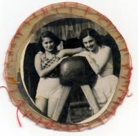 Fotka z alba, které pro Maud k narozeninám vyrobila maminka Kateřina v Terezíně: Maud Stecklmacherová se svojí nejlepší přítelkyní Ruth Weiszovou