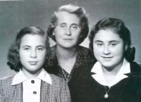 V Prostějově po válce. Zleva: sestra Karmela, maminka Kateřina, Maud Stecklmacherová.  Cca 1946-1947.