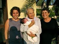 Maud Michal Beerová s dcerou, vnučkou a pravnučkou. Izrael, 2011
