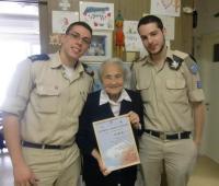 Návštěva vojáků letectva při příležitosti narozenin Maud Michal Beerové. Tel Aviv, duben 2012 (V Izraeli je zvykem, že vojáci navštěvují přeživší holocaustu)