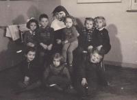 Školská sestra s dětmi