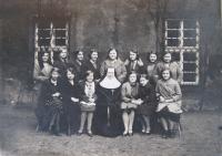 Matka v klášterní škole u voršilek, 1932
