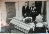 Dědeček pracoval jako hrobník