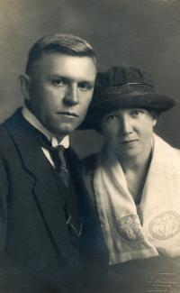Svatební fotografie rodičů (1921)