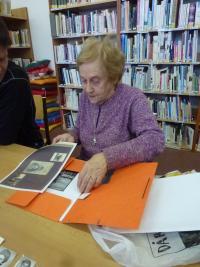 Doris Grozdanovičová ukazuje fotografie