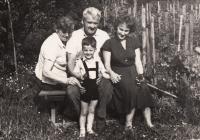 Četník Josef Urban s manželkou Ludmilou, Doris se synem, Kostelec nad Orlicí 1963