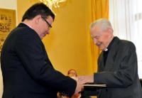 František Pevný awarded by the minister of Defence Alexandr Vondra (2012)