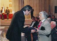Dagmar Evaldová při přebírání vyznamenání Zlaté lípy ministra obrany ČR pro Karla Evalda in memoriam, 7. května 2014