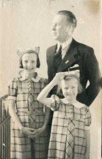 Malá Dagmar s otcem a mladší sestrou Jarmilou