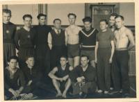 Karel Evald (stojící, čtvrtý zleva) se sokolskými cvičenci