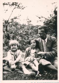 Dagmar Evaldová (uprostřed) s otcem a sestrou Jarmilou