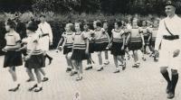 Dagmar jako sokolská žákyně při průvodu v Košicích 1936 (v druhé trojici zleva, v popředí)