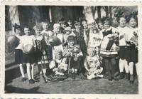 Dagmar jako malá Sokolka (uprostřed)