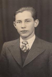 Průkazová fotografie pana Lokajíčka z doby studií v Plzni, 40. léta
