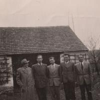 Pan Hošek (první zleva) a pan Lokajíček (druhý zleva) ve Starém Plzenci, konec 40. let