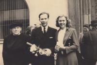 Miloš Lokajíček s manželkou a matkou, doktorská promoce, 1950