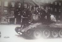 Tank, který byl v Ostravsko-opavské operaci rozbit a nyní slouží jako památník, Josef Vyletěl třetí zprava