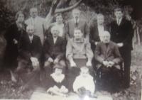 Uprostřed babička a dědeček, manželé vpravo nahoře Linhartovi, uprostřed Somolovi, vpravo Vyletělovi, dole sedí zleva Jiřina Linhartová (dnes Kulichová), vpravo Josef Vyletěl; fotografie byla rozmazaná už v originálu