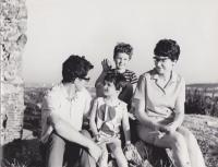Helena Illnerová s manželem a dětmi v roce 1972