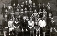 Fotografie třídy Matičního gymnázia v Ostravě (na fotografii třídní učitel Josífek, který byl rovněž skautem) č. 1