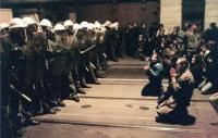17. listopadu 1989, Národní třída - M. Rajčanová v modré bundě