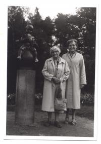 Gertruda Englová s ošetřovatelkou Annou Repaskou ve Františkových lázních