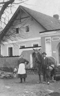 Teta Barbora Koláčová a kočí, Úboč cca 1925