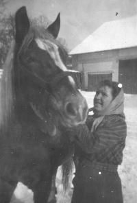 Manželka Anna Jehlíková s koněm