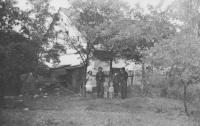 Před novým domovem v Horním Fořtu, 1954