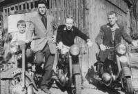 Motorkáři - zleva syn, Josef Jehlík, Jan Mastný, Mastného kamarád, Slezsko 1955