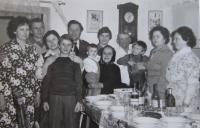 Rodina Márie Hejdové (druhá zprava) v Uliči